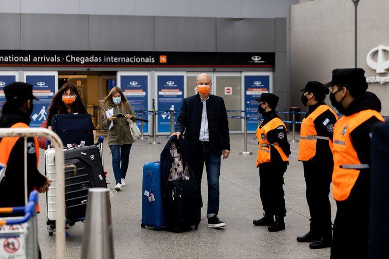 El Gobierno evalúa sumar vuelos especiales para traer a los varados
